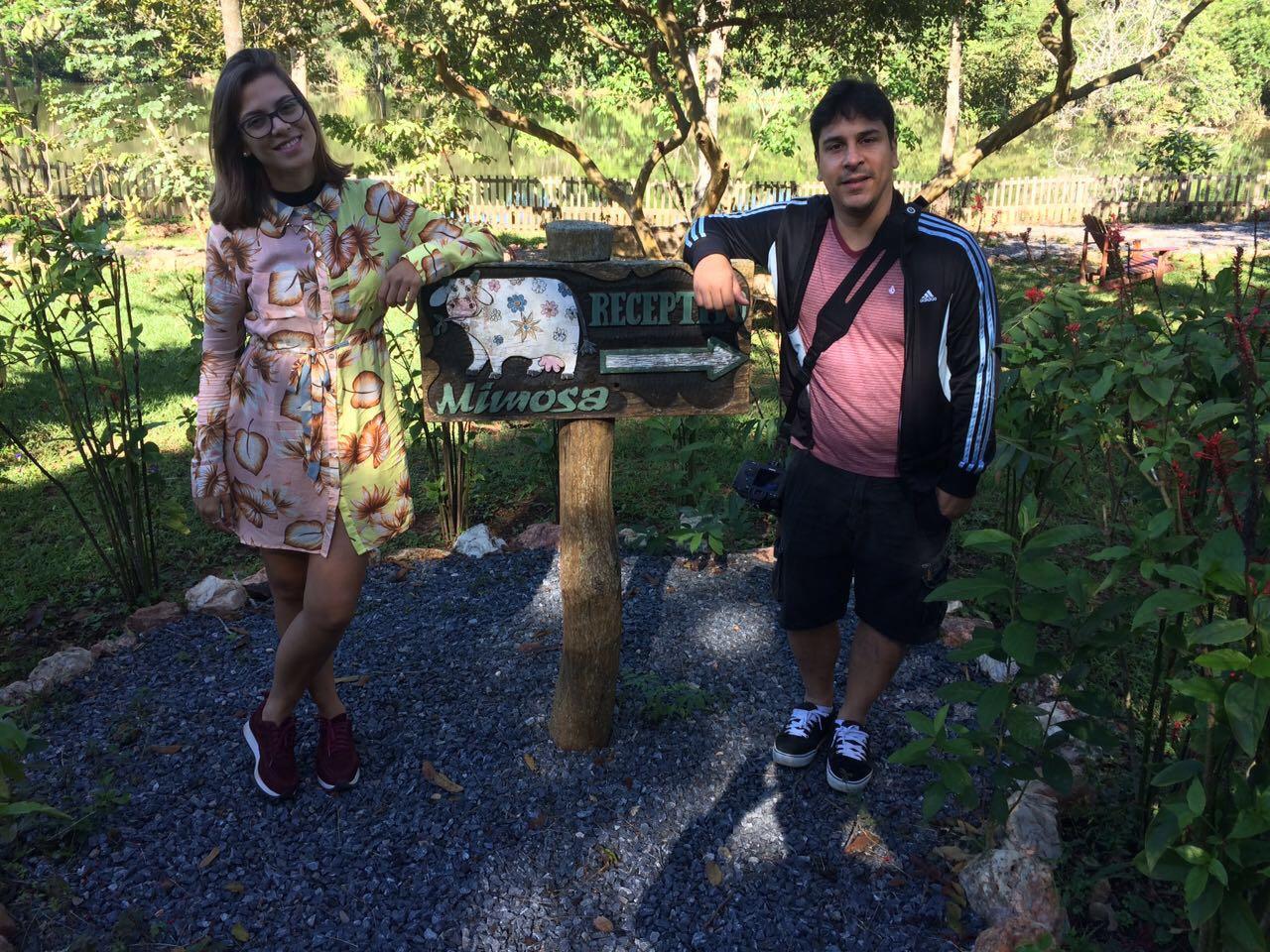 Paula e Daniel, do Projeto Num Pulo, posam para foto na Estância Mimosa